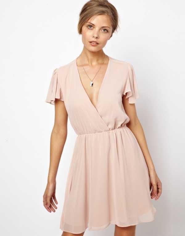 20e7216526d Платье привлекает взгляды окружающих простым и естественным кроем